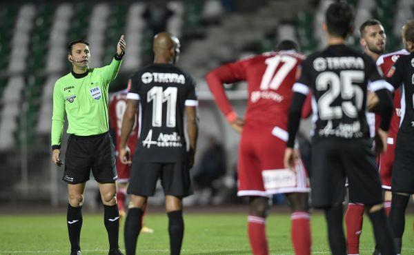 Účet za rasistické urážky: Deset zápasů pro sudího
