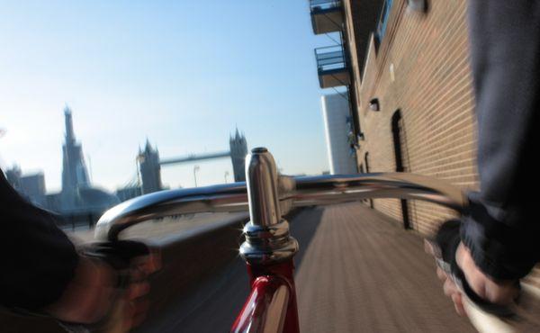 Odhalená jízda Londýnem. Cyklistka bojovala proti sebevraždám