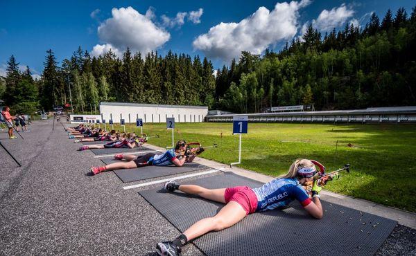 Střelba, běh, kolo a kolečkové lyže. Biatlonisté už trénují v Jablonci
