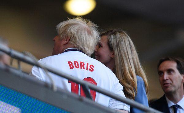 UEFA vyšetřuje anglické fanoušky. Boris Johnson odsoudil pískání při dánské hymně