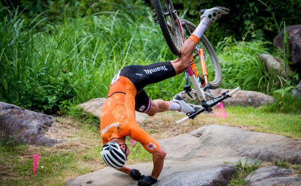 Tvrdý pád. Mathieu van der Poel přišel o svůj olympijský sen