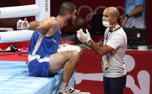 Neodejdu! Francouzský boxer si po diskvalifikaci sedl na kraj ringu a odmítal vstát