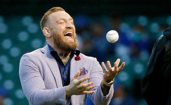 Nejhorší nadhoz v historii? Conor McGregor zahajoval baseballový zápas