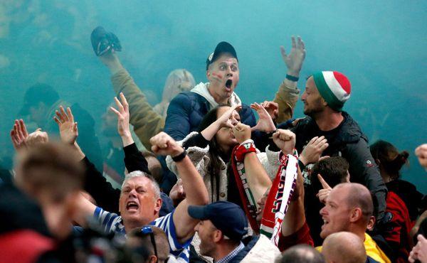 Albánští fanoušci házeli lahve, maďarští se rvali s policií