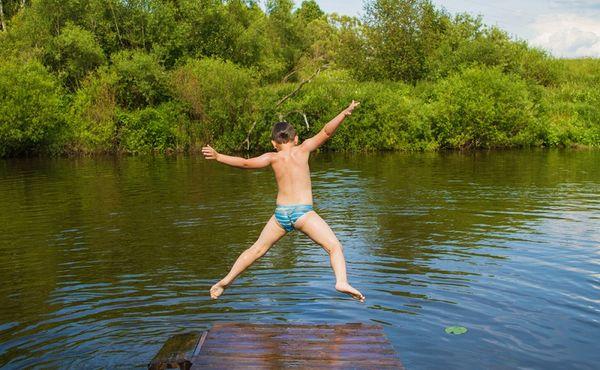 Ročně se v Česku utopí přes 200 lidí. Na co si dát při letním koupání pozor?