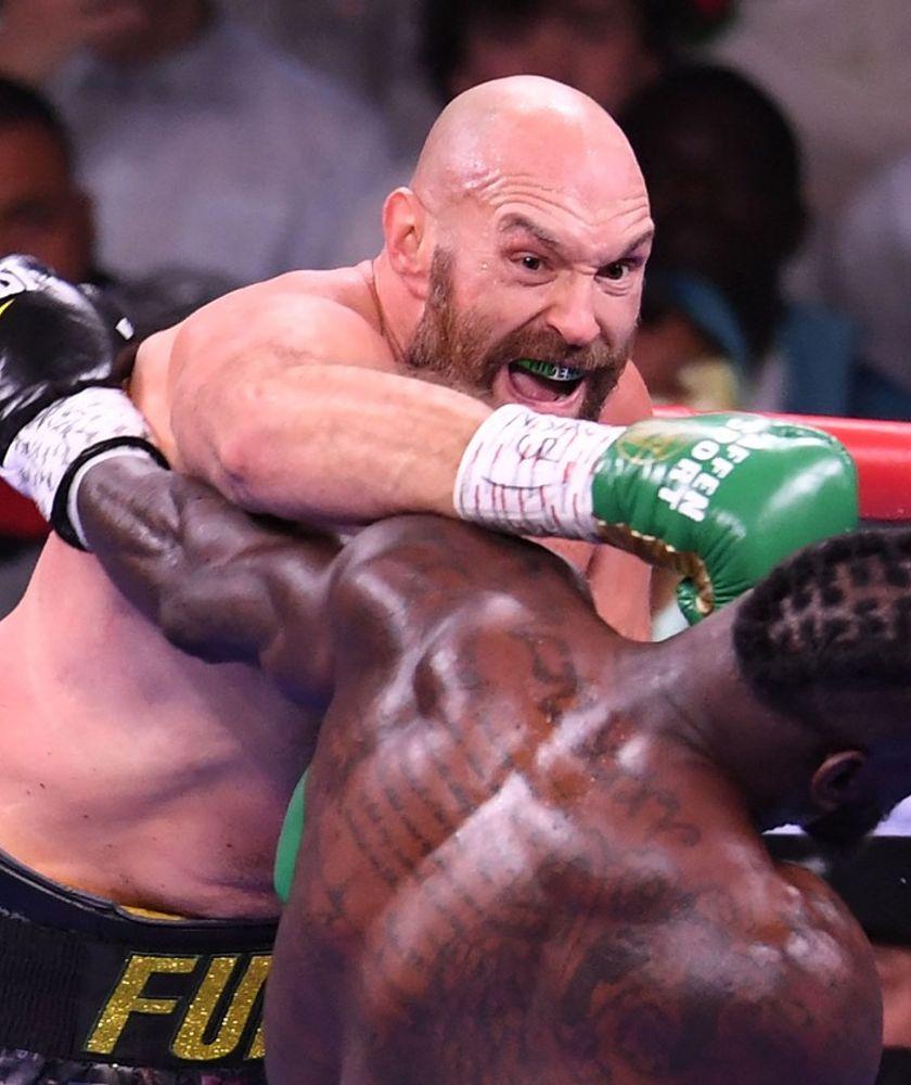Tyson Fury obhájil titul, Deontay Wilder skončil v nemocnici